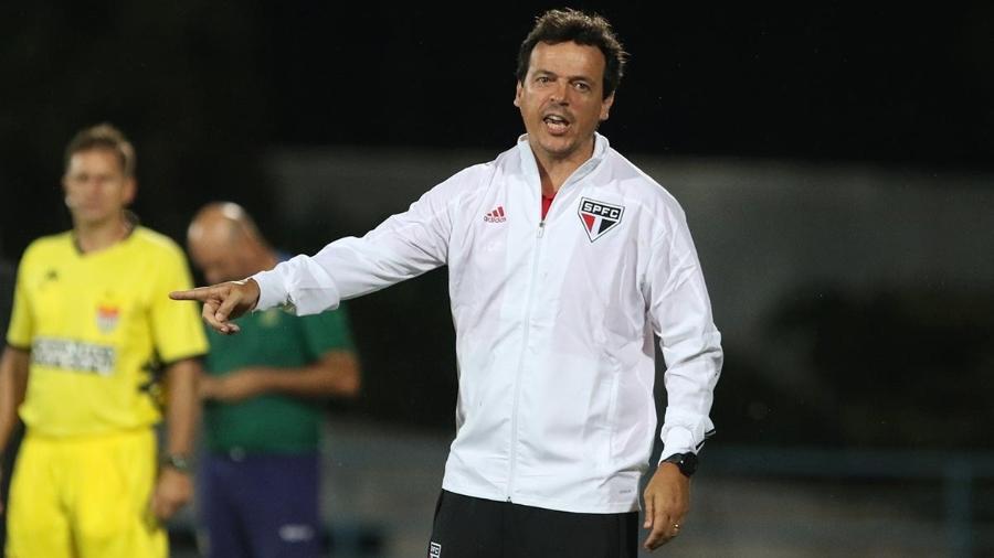Fernando Diniz, técnico do São Paulo, orienta o time durante a derrota para o Santo André no Paulistão - Rubens Chiri/saopaulofc.net