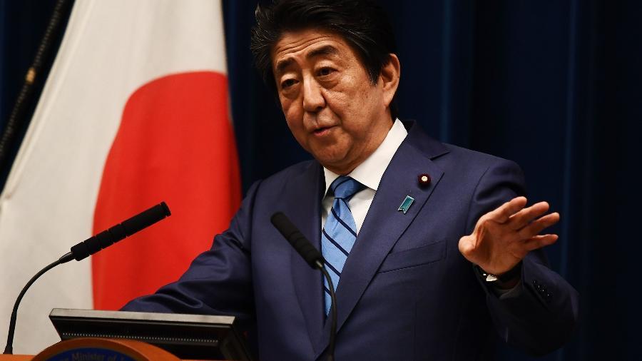 O primeiro-ministro Shinzo Abe fala com jornalistas em Tóquio - Charly Triballeau/AFP