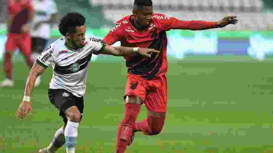 Rafinha e Abner disputam a bola pela final do Campeonato Paranaense  - Reprodução/TwitterAthletico