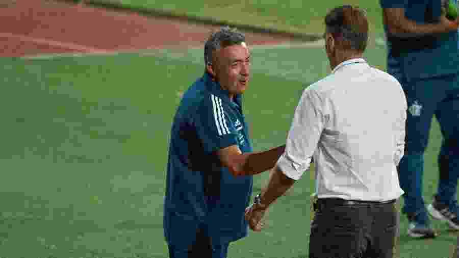 Domènec Torrent, técnico do Flamengo, cumprimenta Vagner Mancini antes de partida contra o Atlético-GO no Brasileirão 2020 - Alexandre Vidal/Flamengo