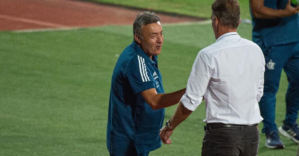 Domènec Torrent, técnico do Flamengo, cumprimenta Vagner Mancini antes de partida contra o Atlético-GO no Brasileirão 2020