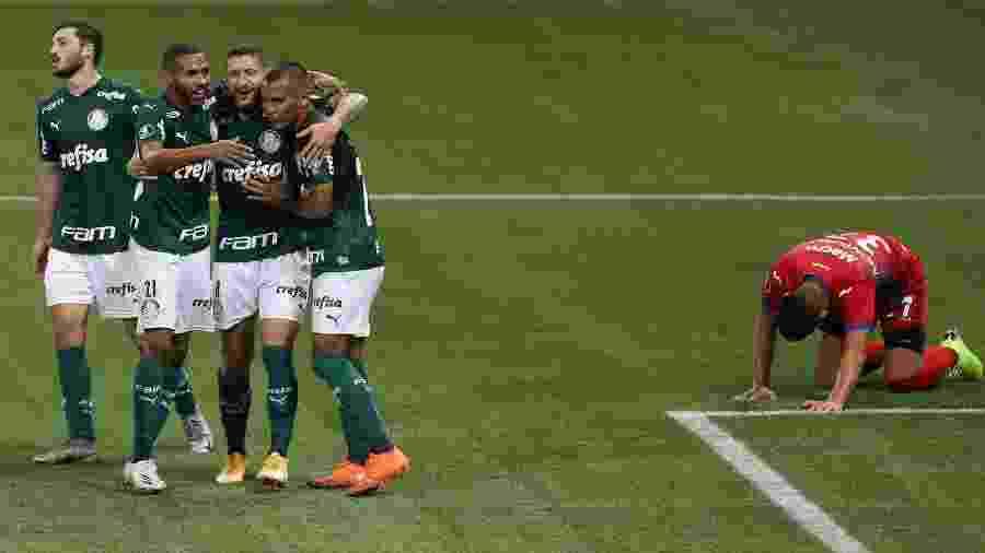 À espera de um novo técnico, jogadores do Palmeiras comemoram o gol sobre o Tigre - Cesar Greco