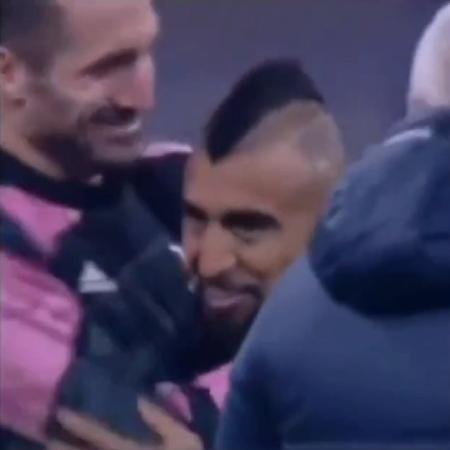 Chileno se envolveu em polêmica com os torcedores da Inter por gesto com Chiellini - Reprodução/Twitter