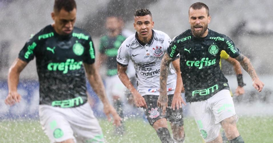 Bola para em poça d'água durante o clássico entre Corinthians e Palmeiras na Neo Química Arena