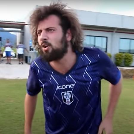 O youtuber Cartolouco durante jogo do Resende em 2021 - Reprodução/YouTube