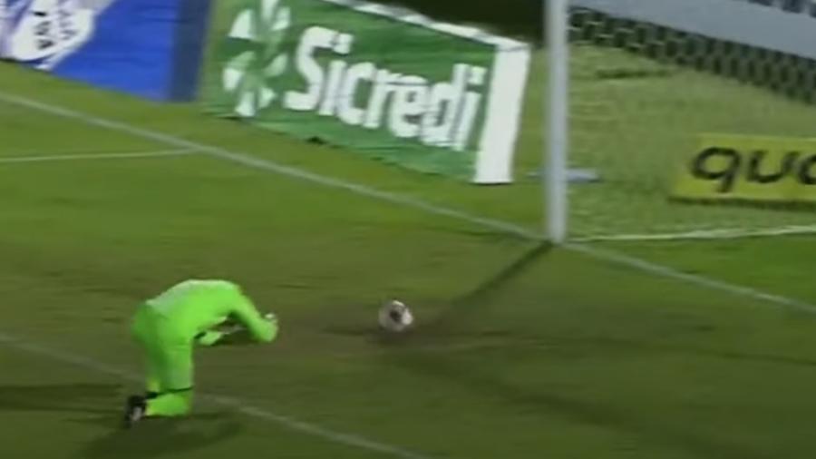 Luiz Daniel, do São Bento, errou a bola e deu ao Botafogo o 2° gol da partida - Reprodução/YouTube
