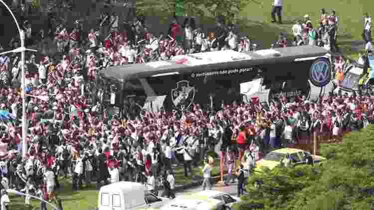 Torcida do Vasco é recepcionada por torcedores na chegada ao aeroporto no Rio de Janeiro - Julio César Guimarães / UOL - Julio César Guimarães / UOL
