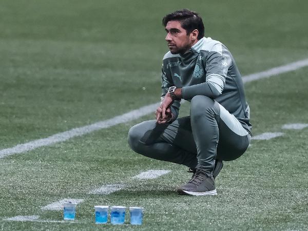 Abel Ferreira observa seus jogadores em Palmeiras x CRB