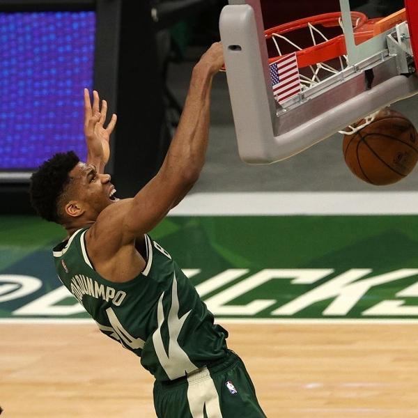 Giannis Antetokounmpo dá enterrada em partida entre Milwaukke Bucks e Brooklyn Nets