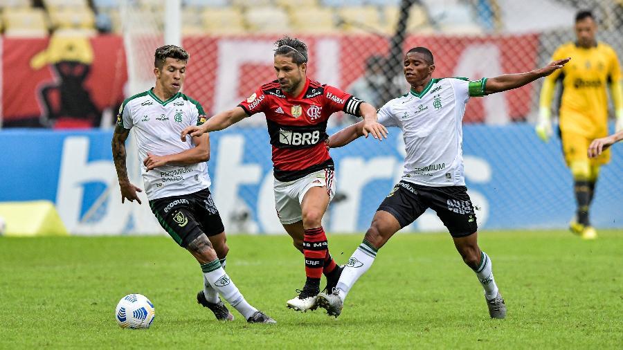 Diego, do Flamengo, disputa bola com Bruno Nazário e Juninho, do América-MG, no Maracanã, pelo Brasileiro - Thiago Ribeiro/AGIF