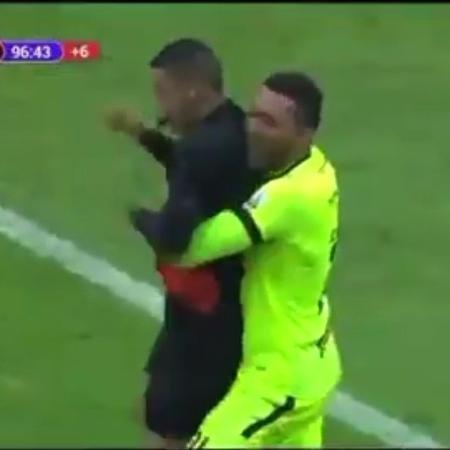 Goleiro do Tolima abraça áribro ao celebrar título colombiano - Reprodução/Twitter