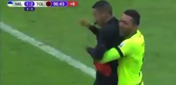 Golerio do Tolima abraça árbitro ao comemorar título colombiano; veja
