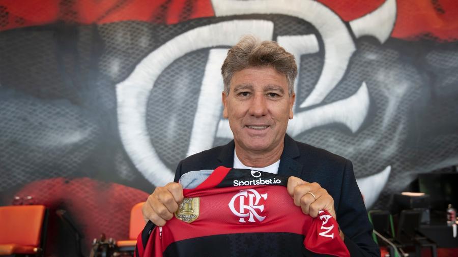 Renato Gaúcho exibe a camisa do Flamengo em sua chegada ao clube - Alexandre Vidal/Flamengo
