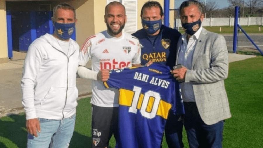 Dani Alves recebe camisa do Boca na Casa Amarilla em setembro de 2020 - Divulgação Boca Juniors