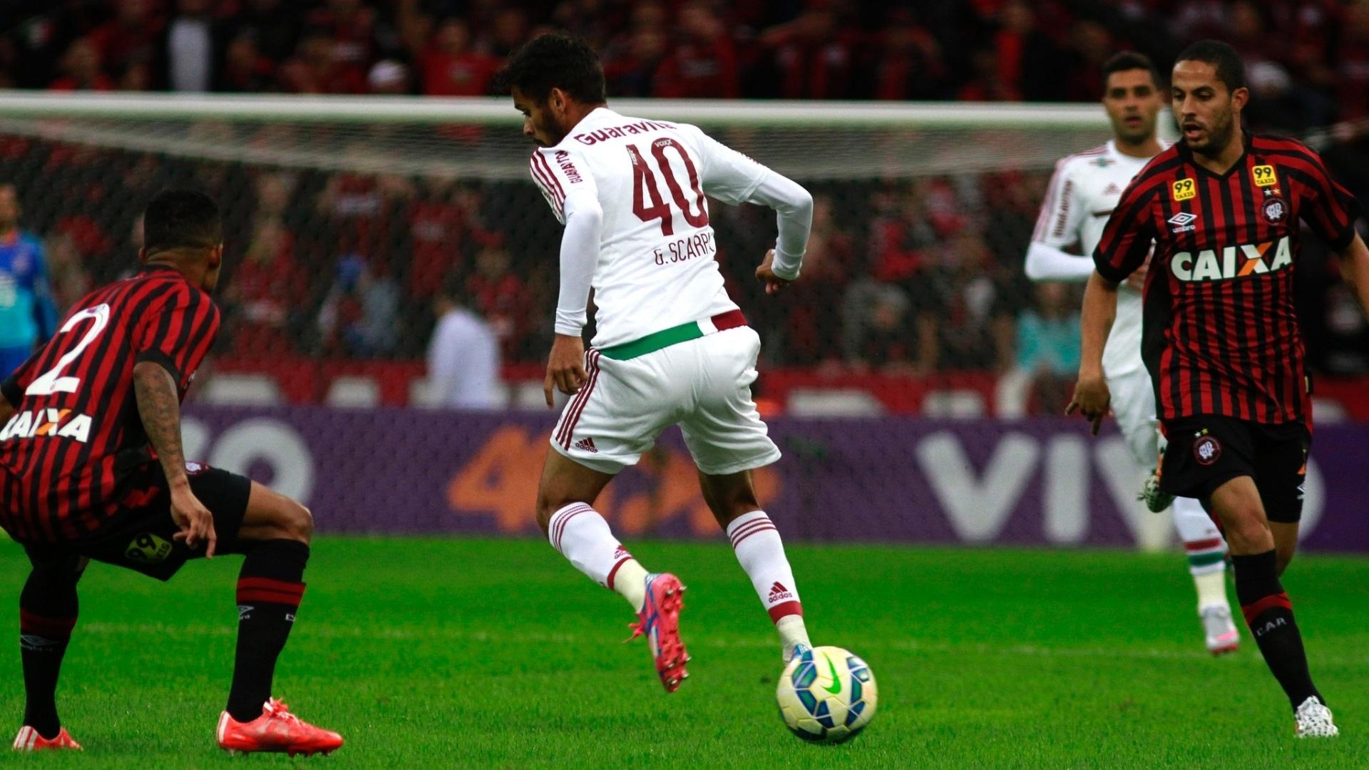 Gustavo Scarpa disputa a bola na partida do Fluminense contra o Atlético-PR, no Brasileirão