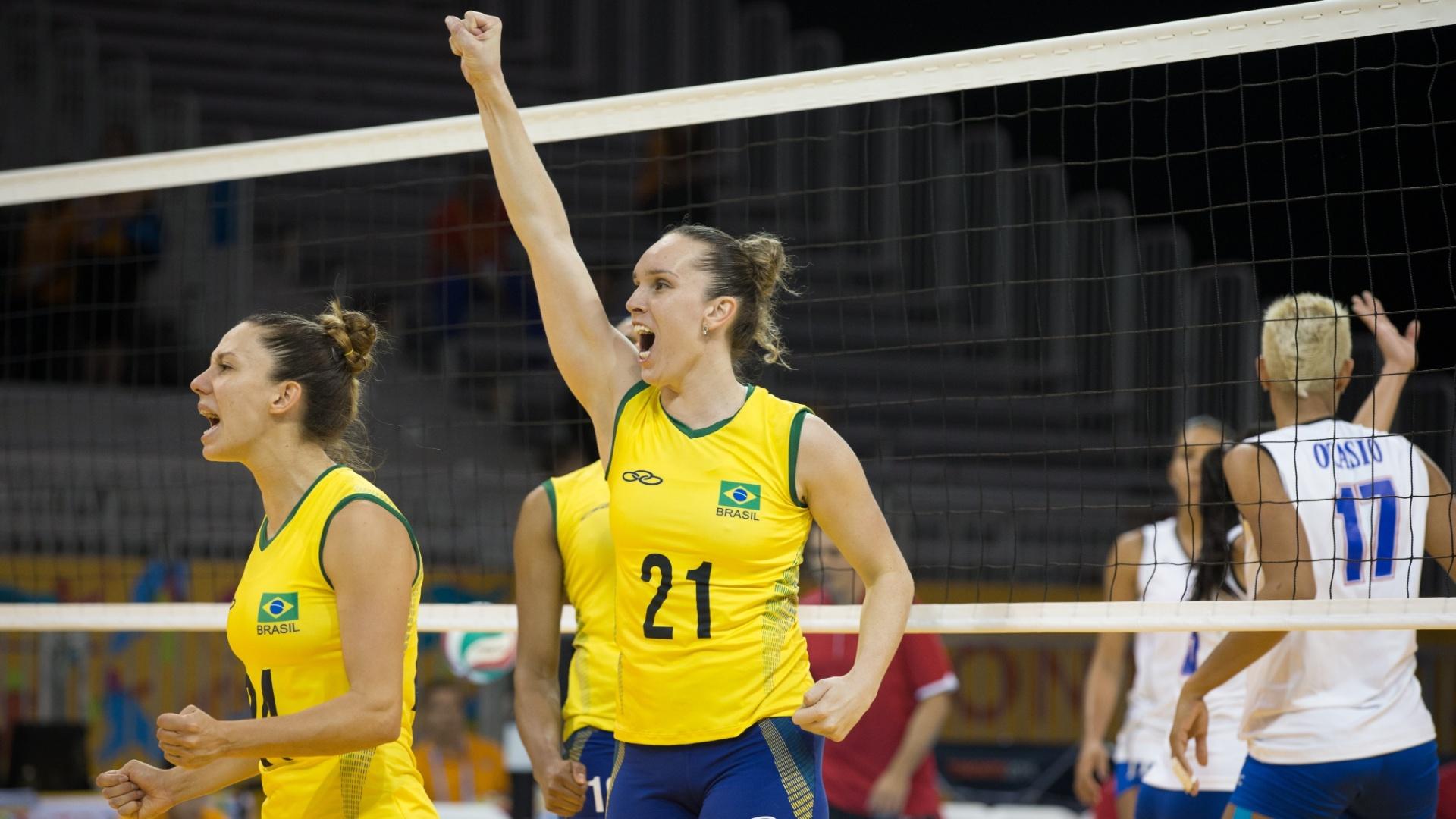 Angélica comemora ponto conquistado pela seleção brasileira contra Porto Rico
