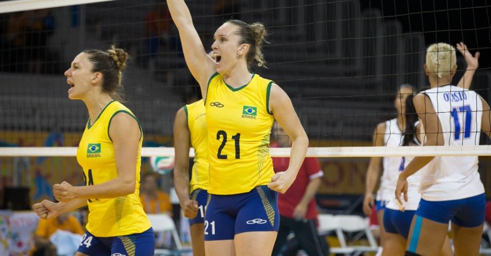 Levantadora Macris comemora ponto conquistado pela seleção brasileira contra Porto Rico