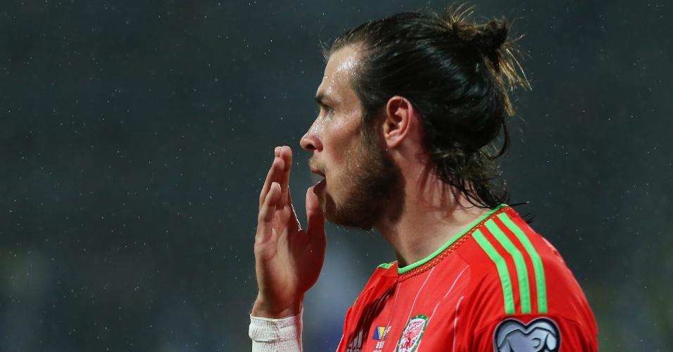 Gareth Bale faz cara de surpresa durante partida entre sua seleção, País de Gales, e a Bósnia, pelas Eliminatórias da Euro 2016
