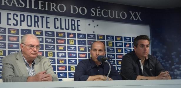 Sem Scuro, Gilvan divide suas funções para tentar acertar os reforços para o Cruzeiro