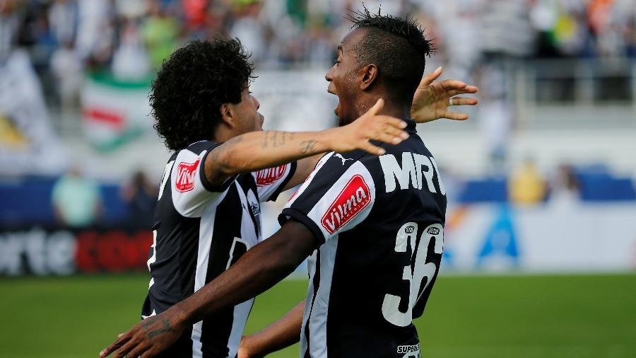 Hyuri (à direita) comemora com Luan após marcar seu primeiro gol com a camisa do Atlético-MG - Rhona Wise/AFP