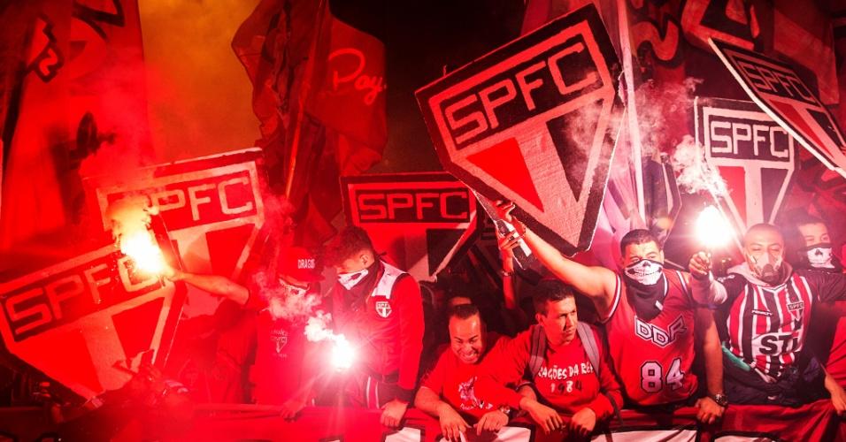 São-paulinos vibram muito com a chegada do time no Morumbi para jogo contra o Atlético-MG