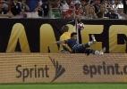 Lavezzi dá susto em queda e deixa jogo com suspeita de fratura - BeIN Sports/Reprodução