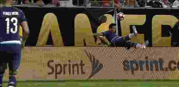 Lavezzi caiu fora do campo; acabou deixando o jogo com suspeita de fratura - BeIN Sports/Reprodução