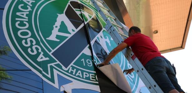 Empresa lucra com febre de homenagens ao time da Chapecoense - Felipe Vita/UOL