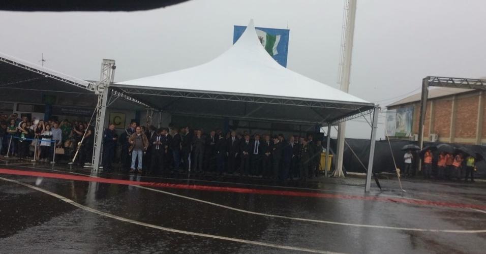 Presidente Michel Temer e famílias de atletas acompanham chegada dos corpos das vítimas em Chapecó