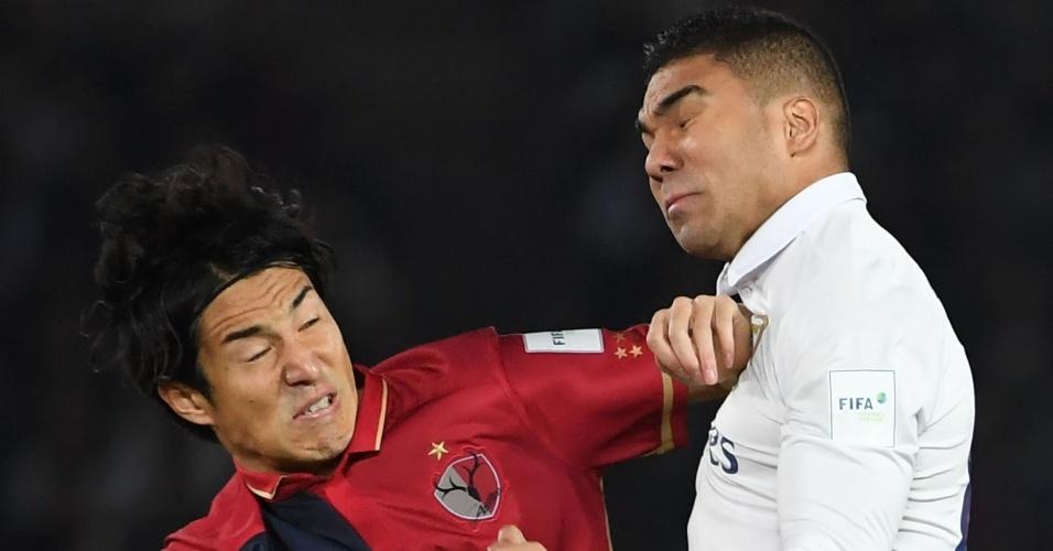 Casemiro disputa bola com Mu Kanazaki em Real Madrid x Kashima Antlers