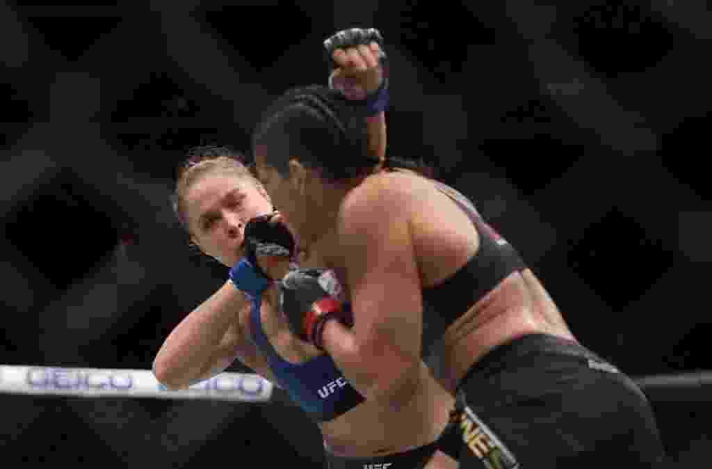 Amanda Nunes nocauteia Ronda Rousey em 48 segundos no UFC 207 e mantém o cinturão dos galos - Christian Petersen/Getty Images/AFP