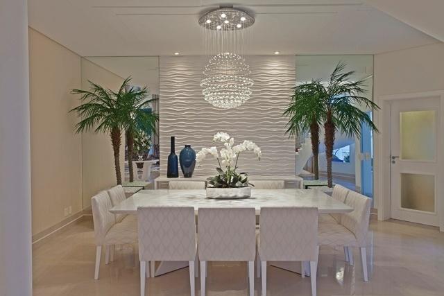 Sala de jantar da mansão conta com lugares para dez pessoas