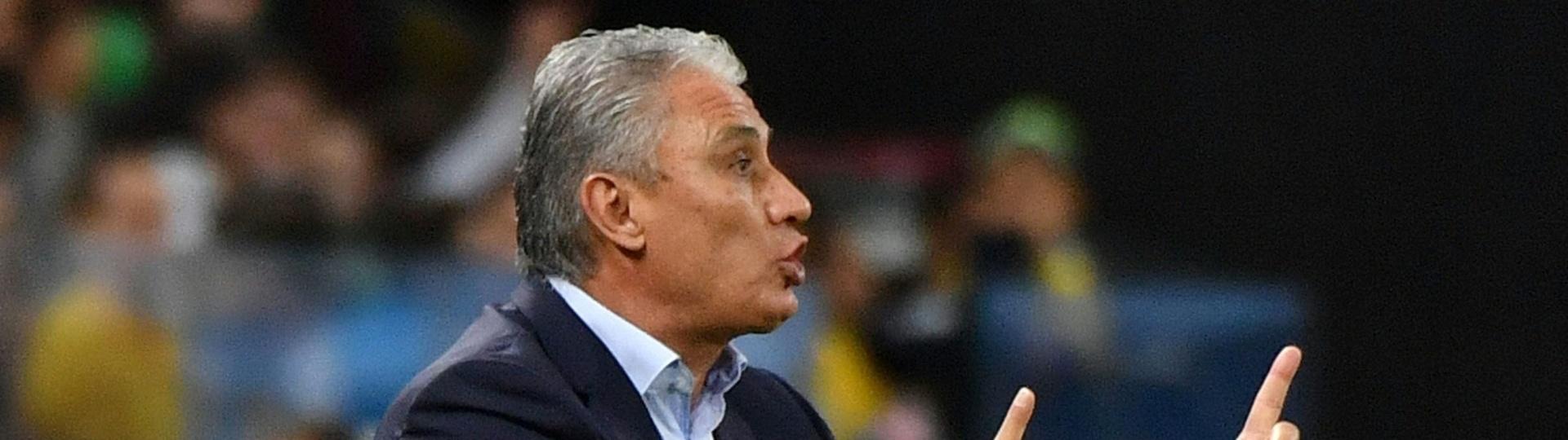 Tite comanda os jogadores da seleção brasileira no duelo contra o Paraguai
