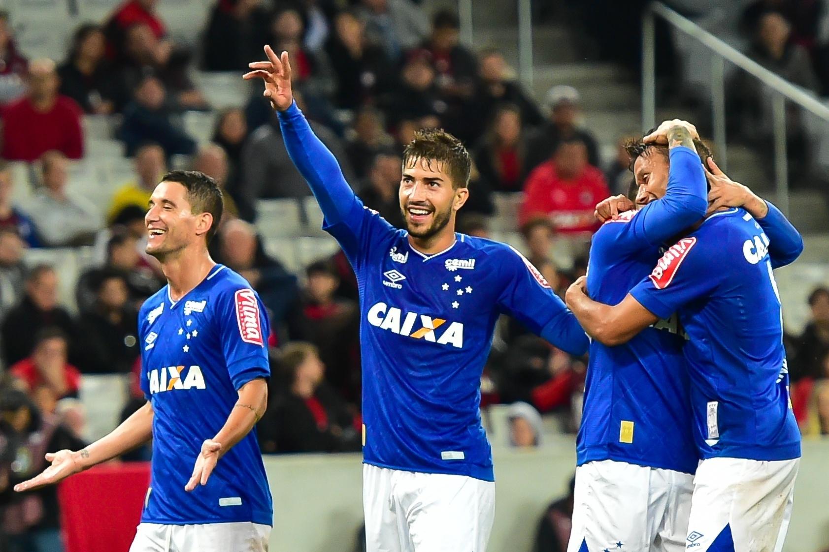 Jogadores do Cruzeiro comemoram gol marcado por Lucas Romero contra o Atlético-PR