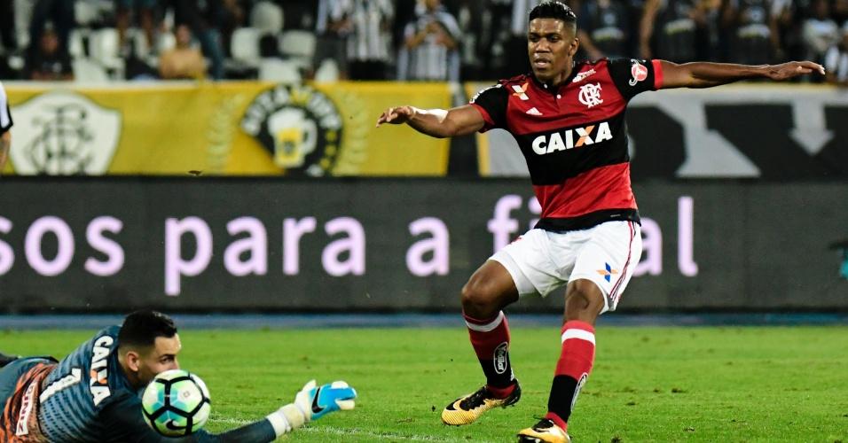 Gatito Fernandez, do Botafogo, disputa lance com BerrioM do Flamengo, pela semifinal da Copa do Brasil