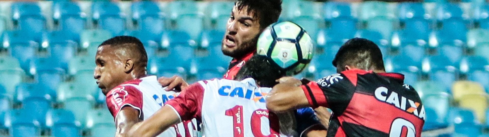 Edson na dividida na partida entre Atlético-GO e Bahia pelo Brasileirão