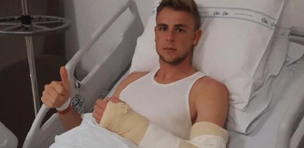 Zagueiro Klaus, do Inter, agradece apoio após passar por cirurgia no braço