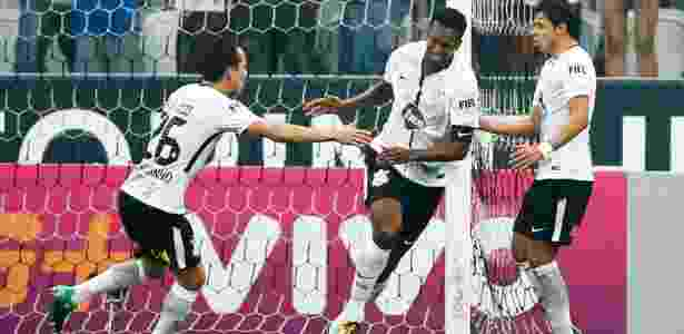 Jô comemora gol do Corinthians contra o Vasco - Alexandre Schneider/Getty Images - Alexandre Schneider/Getty Images