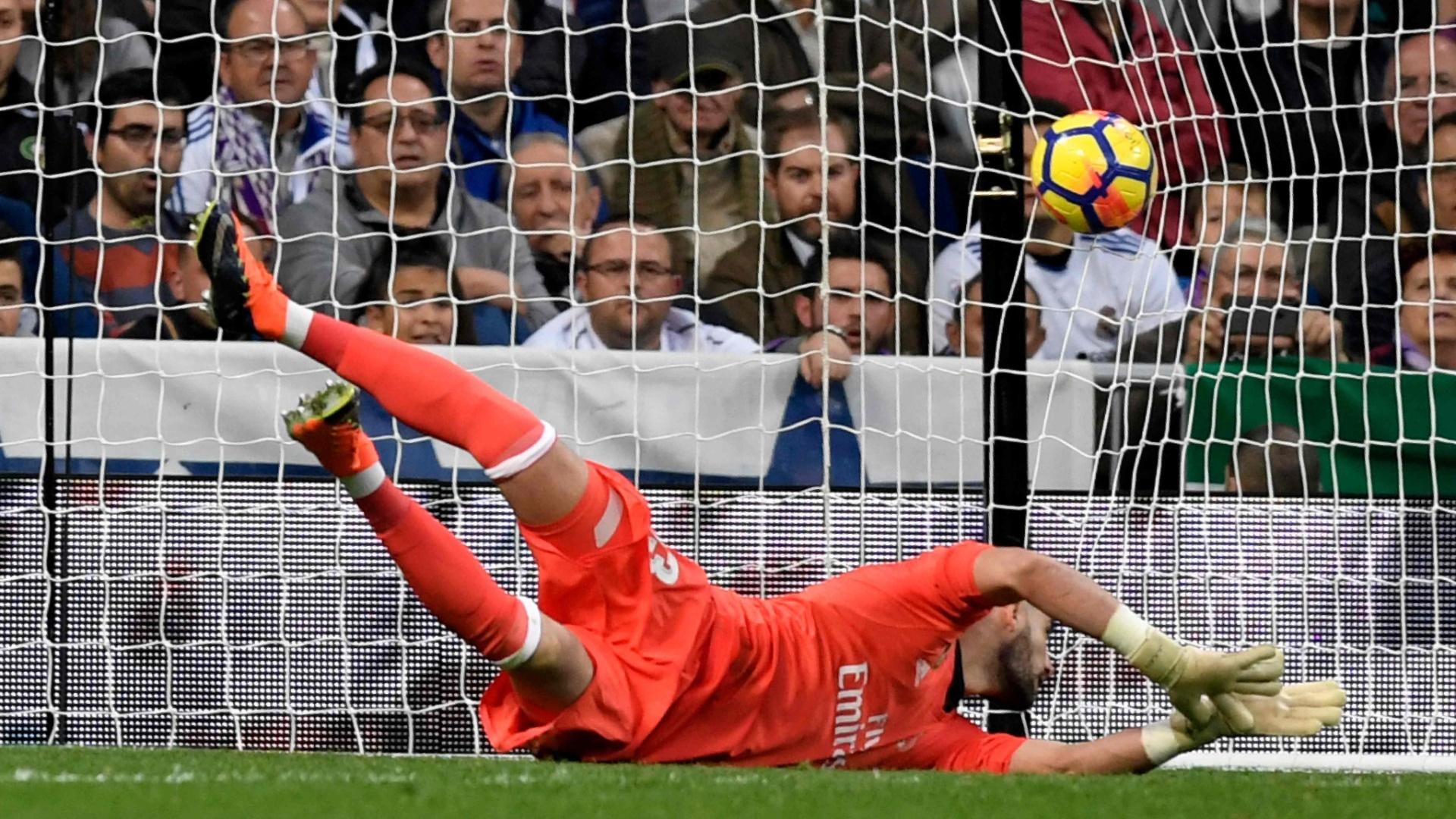 O goleiro Casilla, do Real Madrid, falha em chute de Castro, do Málaga
