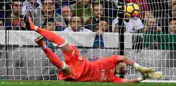 O goleiro Casilla, do Real Madrid, falha em chute de Castro, do Málaga - Gabriel Bouys/AFP Photo - Gabriel Bouys/AFP Photo