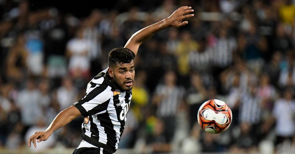 Brenner tenta dominar a bola no jogo entre Botafogo e Portuguesa-RJ