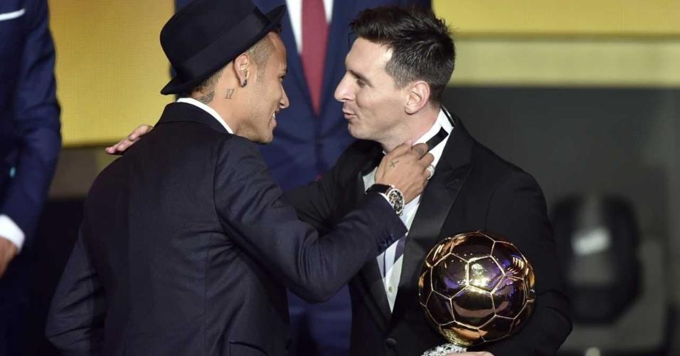 Neymar cumprimenta Lionel Messi pela conquista da Bola de Ouro de 2015