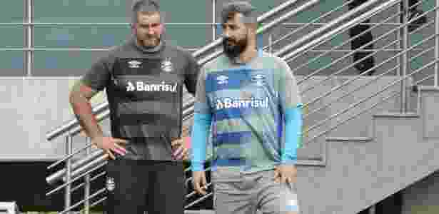 Douglas volta a trabalhar no campo no CT do Grêmio e tem previsão de volta para junho - Marinho Saldanha/UOL