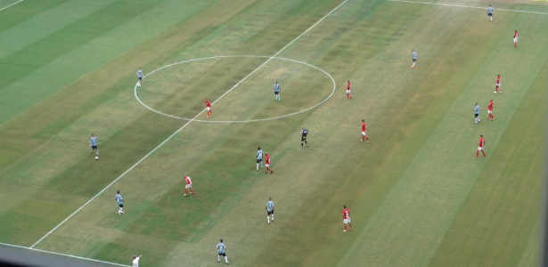 Gramado da Arena do Grêmio apresentou marcas durante Gre-Nal