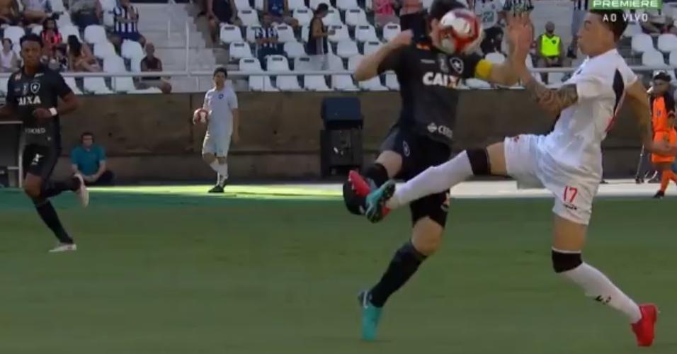 Imagem forte: Rildo disputa a bola com João Paulo e acerta a canela do botafoguense
