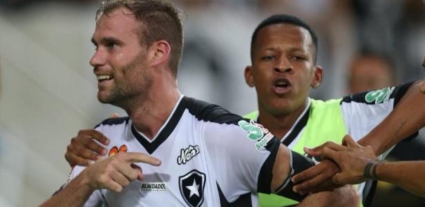 Joel Carli é um dos jogadores mais identificados com a torcida do Botafogo