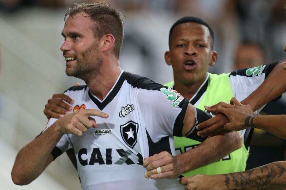 412f405404 Botafogo encaminha renovação de contrato com zagueiro Joel Carli -  03 06 2018 - UOL Esporte