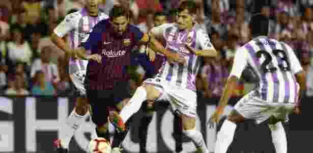 Messi tenta escapar de forte marcação contra o Valladolid - SERGIO PEREZ/REUTERS - SERGIO PEREZ/REUTERS