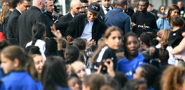 Kylian Mbappé atende a fãs na cidade de Bondy, onde nasceu - Franck Fife/AFP Photo
