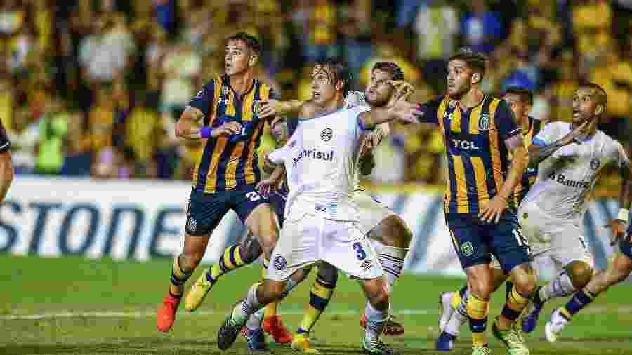 Sequência de fotos foi postada pelo clube para contestar decisão da arbitragem em jogo na Argentina - Lucas Uebel/Grêmio